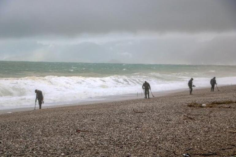 Son dakika Antalyada dev dalgaların arasında tehlikeli arayış