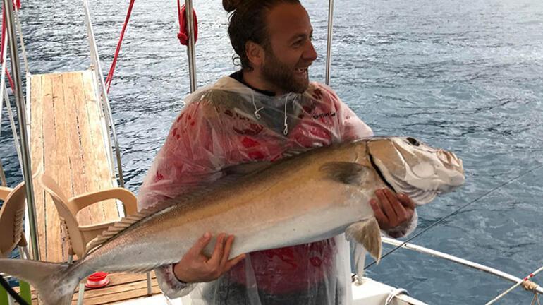 Olta ile çekemedi Dev balığı kucaklayıp çıkardı