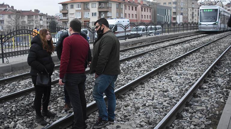 Sevgilisini göremedi,  tramvay hattına girdi Seferler durdu