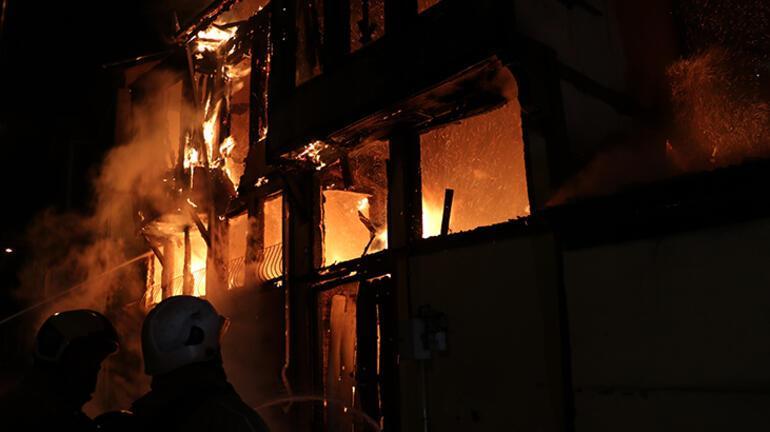 Bursada korku dolu anlar Ahşap evler alev alev yandı