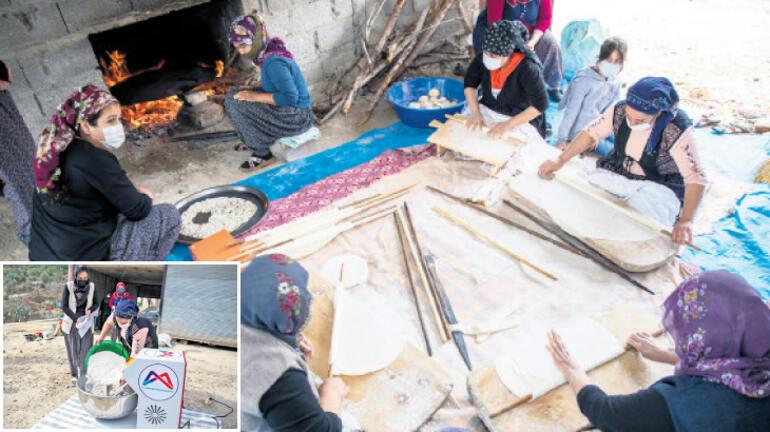 Mersin'de hamuru makine yoğuruyor kadınlar çayın tadını çıkarıyor