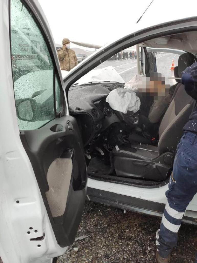 Son dakika... Vanda taksi ile hafif ticari araç çarpıştı: 3 ölü, 7 yaralı