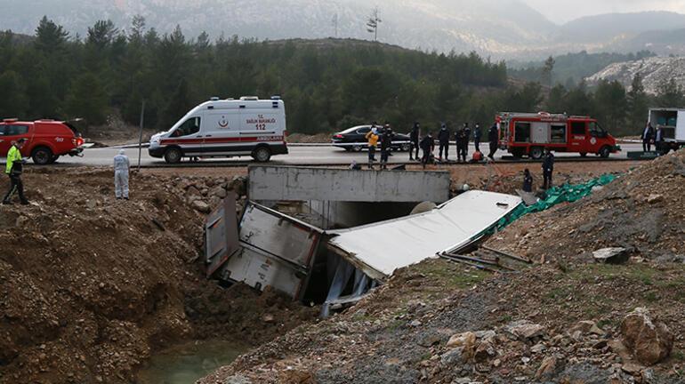 Antalyada feci kaza kamyon şoförü can verdi