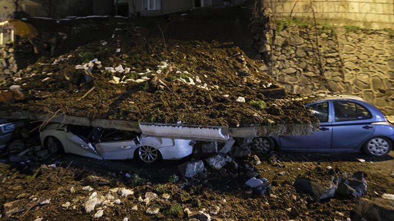 Kağıthanede istinat duvarı çöktü Ekipler oraya sevk edildi