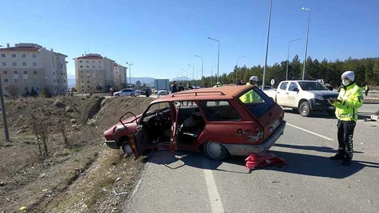 Burdurda kontrolsüz yola çıkan sürücü, jandarma ekip otosuna çarptı Yaralılar var