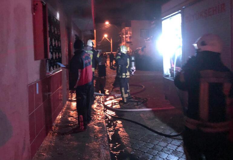 Ailesinin oturduğu evi ateşe verdi