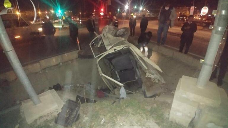 Feci kaza Otomobil ikiye bölündü