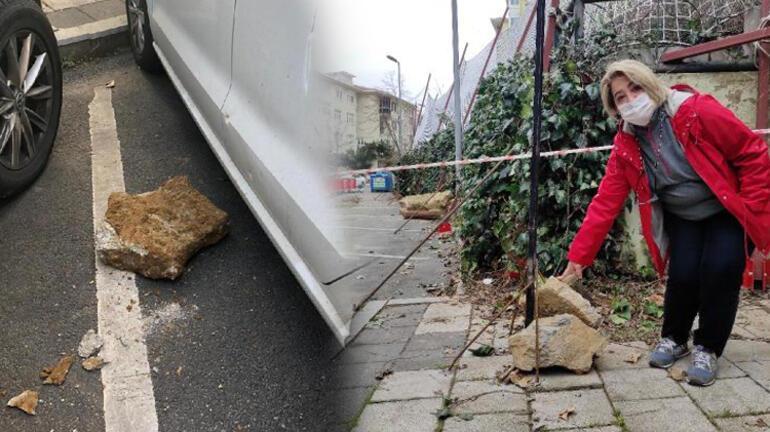 İnşaattan düşen beton parçası iki otomobile zarar verdi
