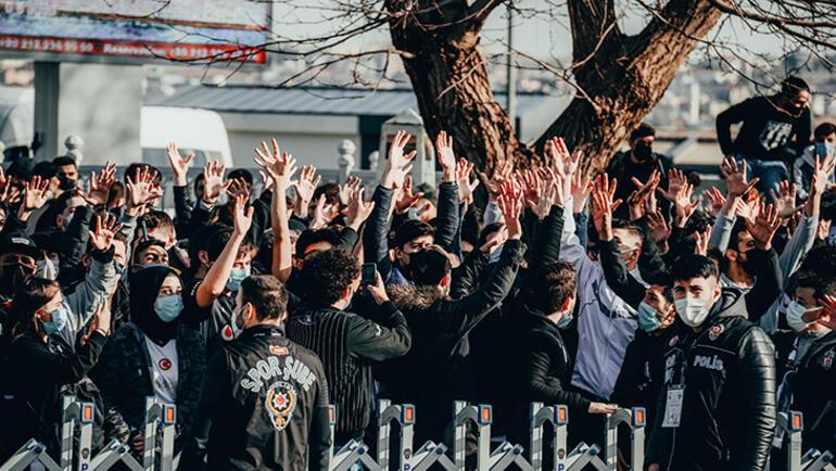 Beşiktaşlı taraftarlar, siyah-beyazlı takımı meşalelerle karşıladı
