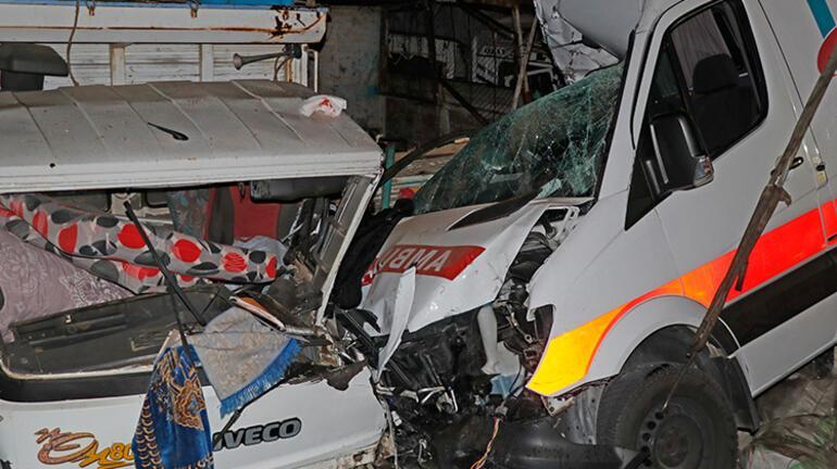Fethiyede korkunç kaza Ambulans kamyonlara çarptı
