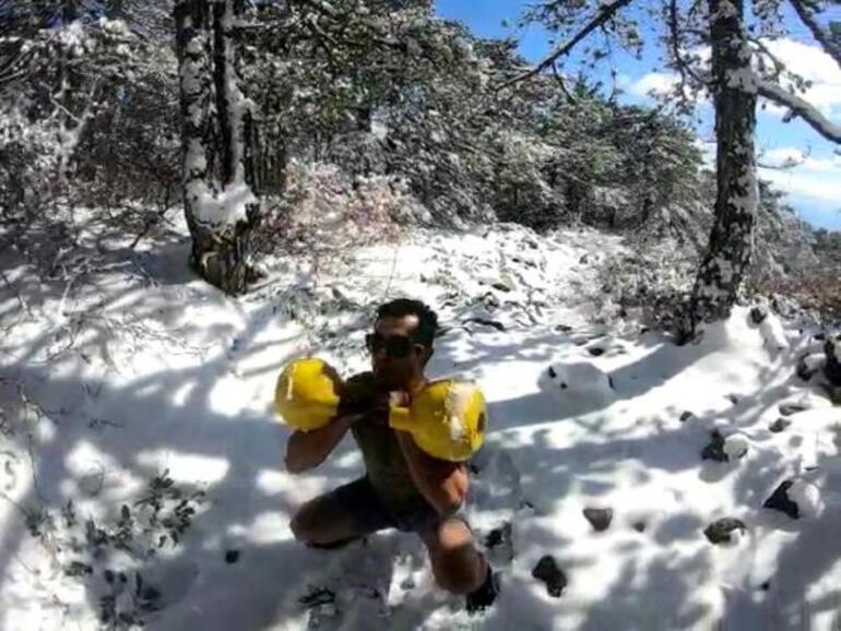 Dağın zirvesinde buzlu suda 15 dakika kalabiliyor