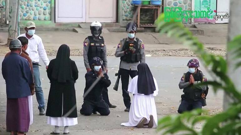 Dünya bu fotoğrafı konuşuyor Rahibe polislere böyle yalvardı...