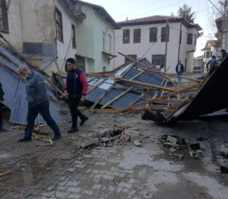 Ermenekte fırtınada evin çatısı uçtu
