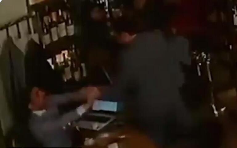 Son dakika... Ermeni Bakan kafede oturan gazeteciyi darp etti