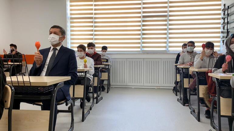 Bakan Selçuk okul açıp, öğrencilerle marakas çaldı