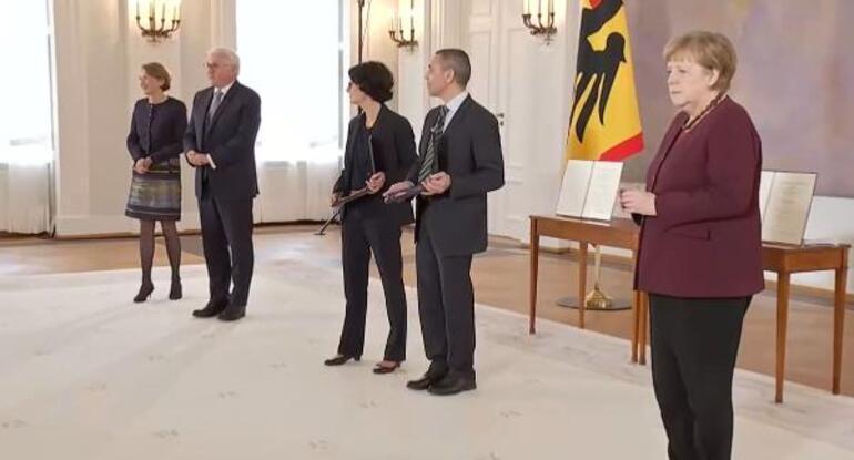 Son dakika: Türk bilim insanlarına büyük onur Türeci ve Şahine liyakat nişanı verildi