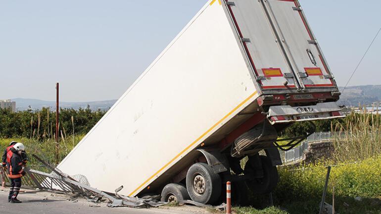 Şoförünün direksiyon başında uyuduğu TIR köprüden düştü
