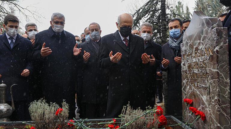 MHP lideri Bahçeli, Anıtkabir ve Türkeşin mezarını ziyaret etti