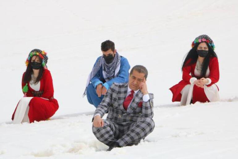 Aydın Aydın takım elbise ile kar içinde koştu