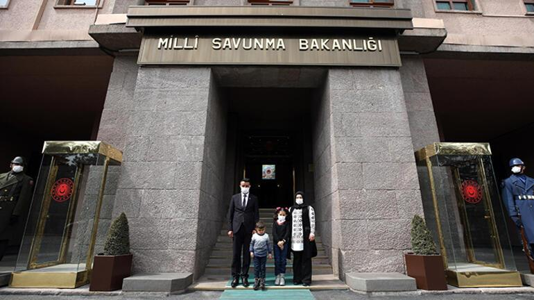 Bakan Akar, Anıtkabiri görme hayali gerçek olan Hakkarili küçük Hira ile görüştü