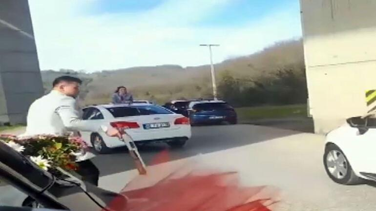 Yolu trafiğe kapattı Silahı peş peşe ateşledi...