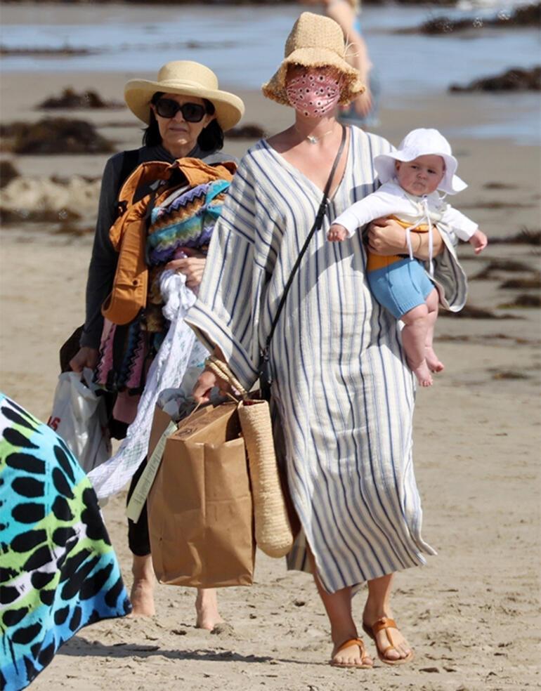 Katy Perry bebeğiyle plajda