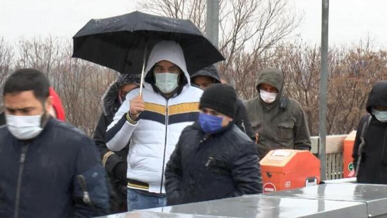 İstanbul güne yağmurla başladı Trafik kilit