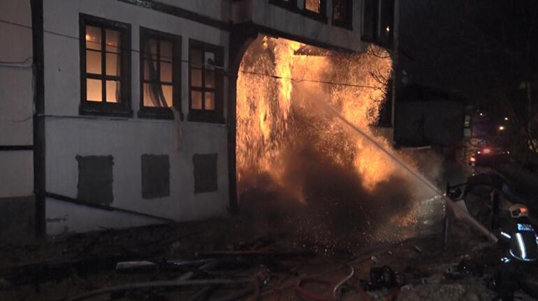 Tarihi bina yangında çöktü Çok sayıda kedi yanarak can verdi