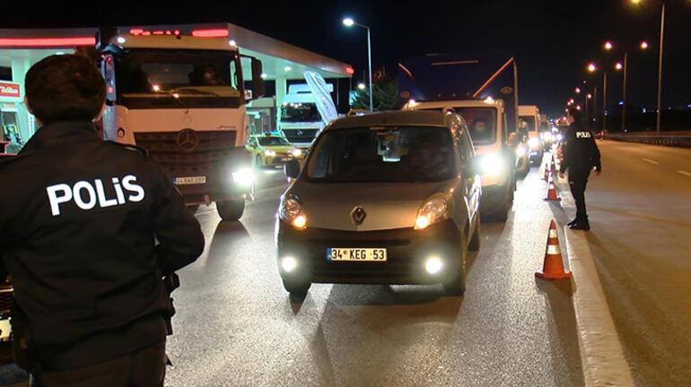 Seyahat kısıtlaması başladı Polis ekipleri tek tek kontrol yaptı