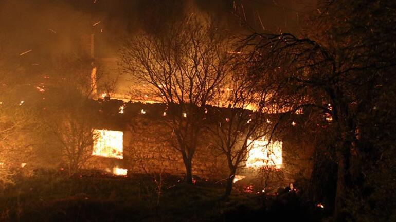 Uşakta korkutan yangın 2 ev, 1 ahır kullanılamaz hale geldi
