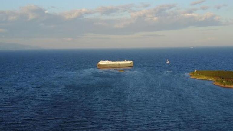 Tuzlada karaya oturan gemi kurtarılmayı bekliyor