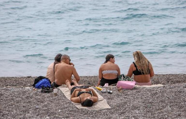 Antalyada sıcaklık 30 dereceye ulaştı, sahiller doldu