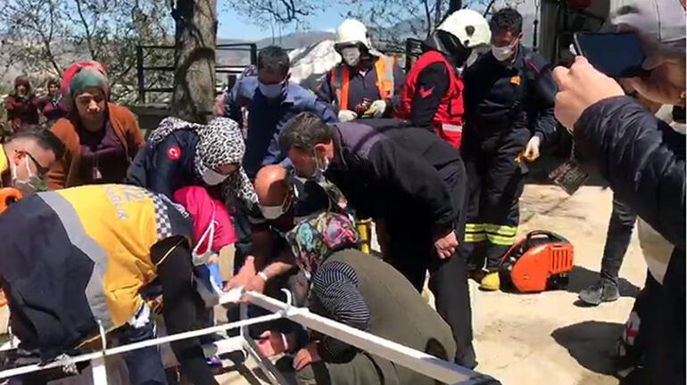Başına saplandı Küçük kız acı içinde yardım bekledi