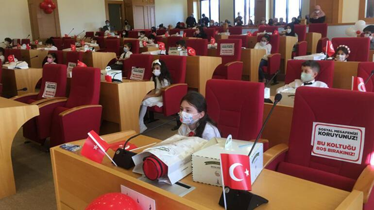Çocuklar 23 Nisana özel belediye meclisinde başkan, katip ve meclis üyesi oldu