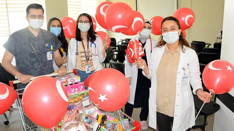 Hastanede tedavi gören çocuklara 23 Nisan morali