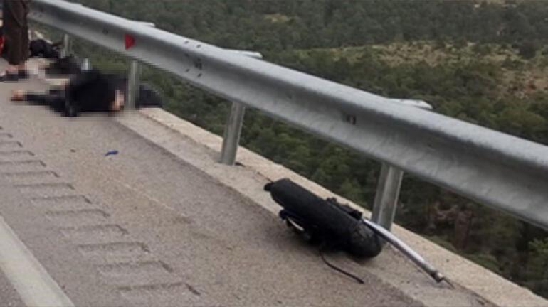Antalyadan feci görüntü Motosiklet bariyerlere çarptı: 2 ölü