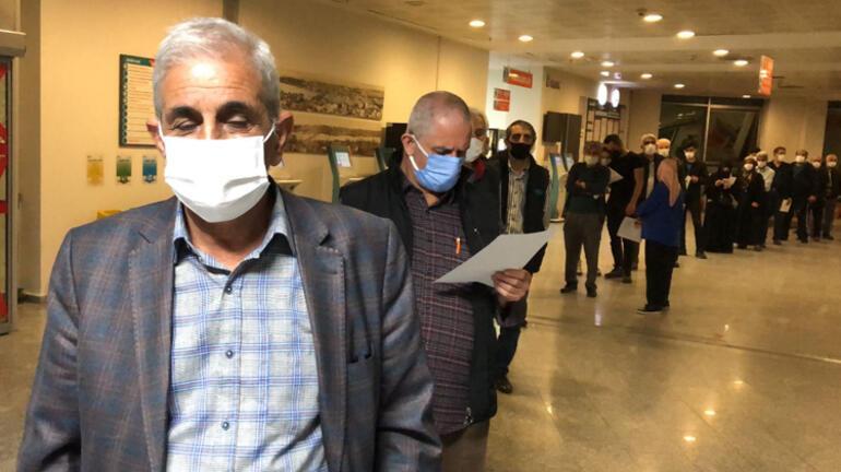 İzmirde tam kapanmada aşı kuyruğu