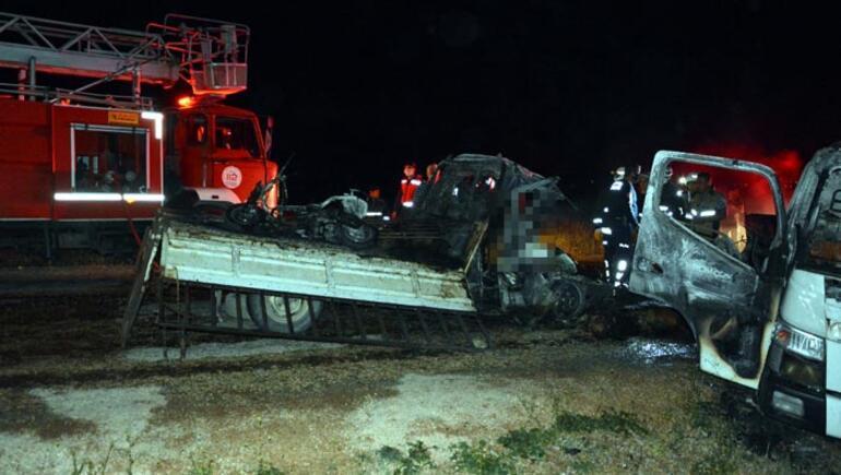 Feci kaza Cenazeleri araçtan güçlükle çıkarıldı