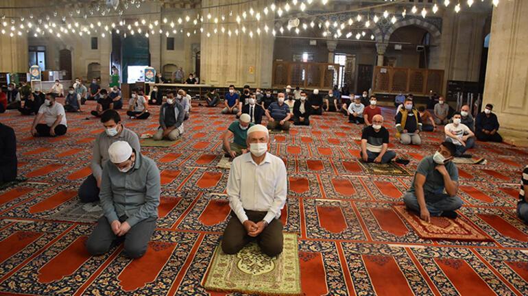 Selimiye Camiinde ramazanın son cuma namazı tedbirlerle kılındı