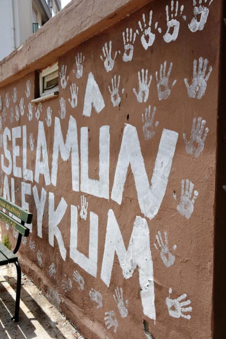 Caminin duvarlarını avuç içiyle boyadı, gözaltına alındı