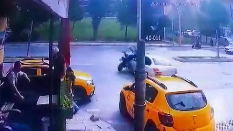 Sultangazide motosikletle otomobilin çarpışma anı kamerada