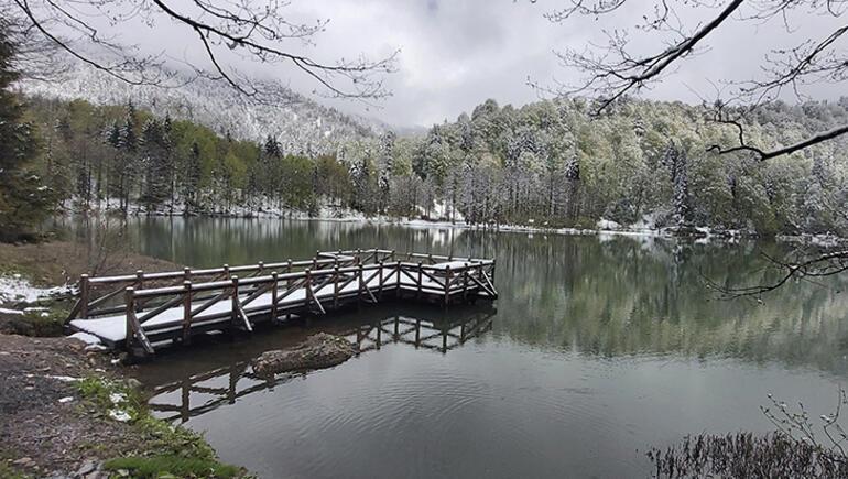 Borçka Karagöl Tabiat Parkında kar sürprizi