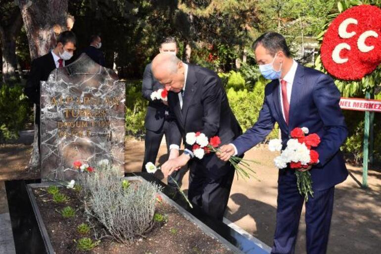 Devlet Bahçeli Alparslan Türkeşin mezarını ziyaret etti