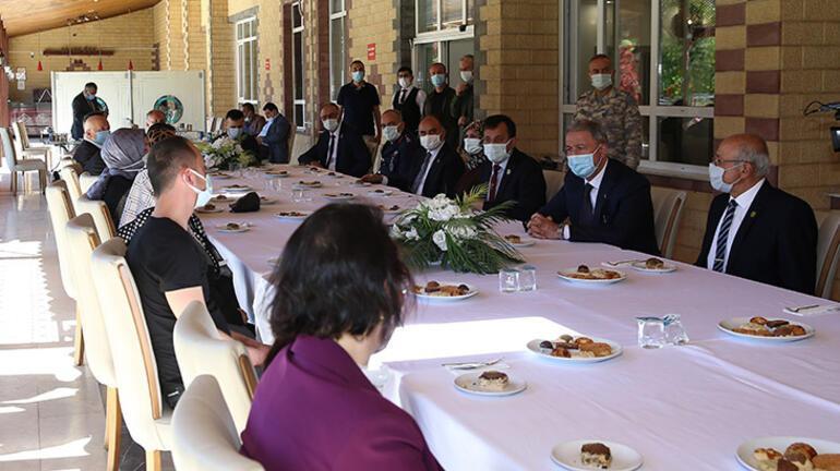 Milli Savunma Bakanı Akar, şehit aileleri ile bayramlaştı