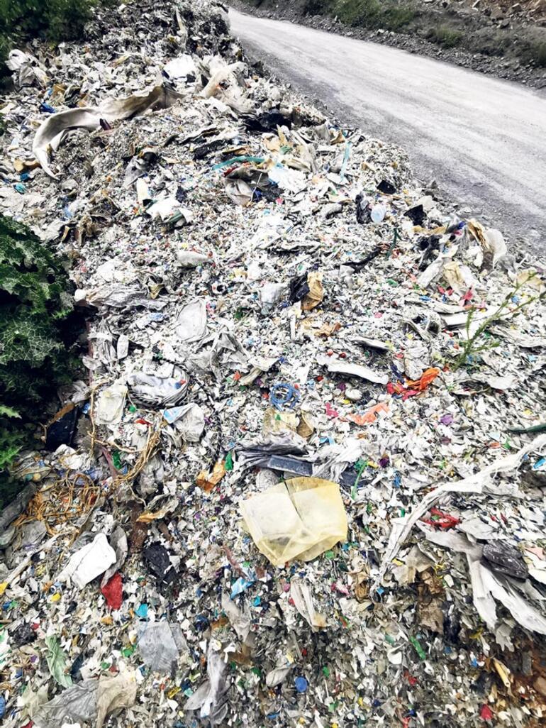 Kentin göbeğinde plastik çöp dağları