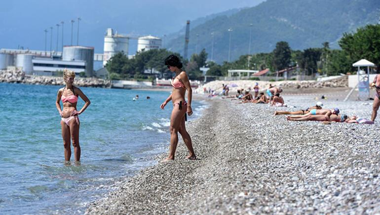 Konyaaltı bayramın son günü turistlerle doldu