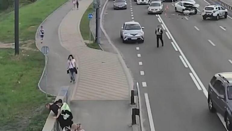 Şaşkına çeviren kaza Otomobil bir anda şaha kalkıp devrildi