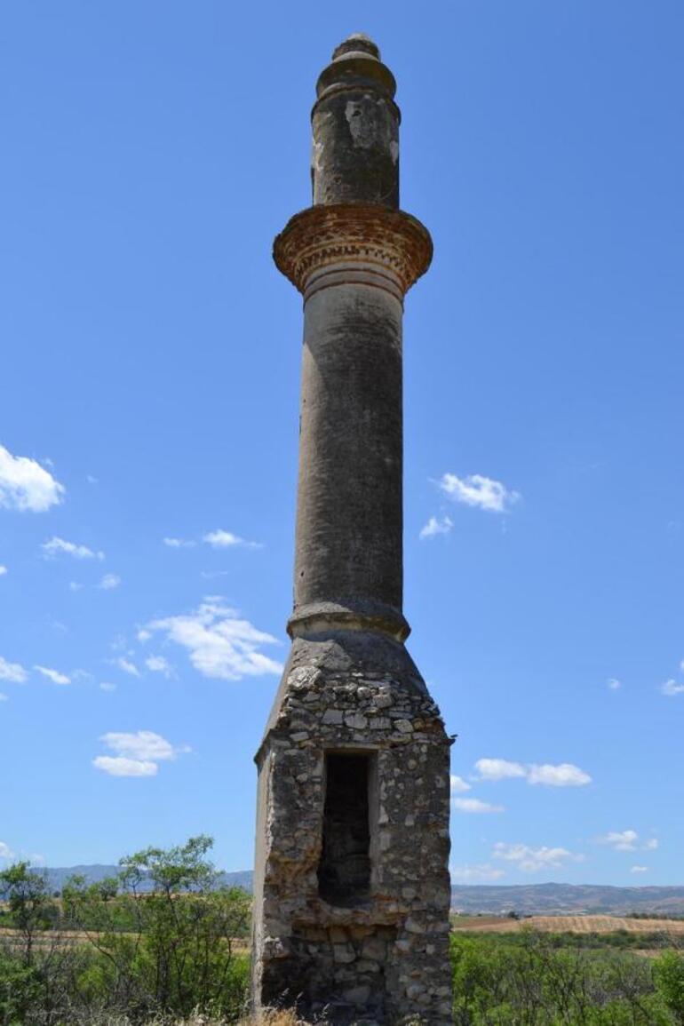 Demirköprü Barajında sular çekildi 95 yılık caminin minaresi göründü