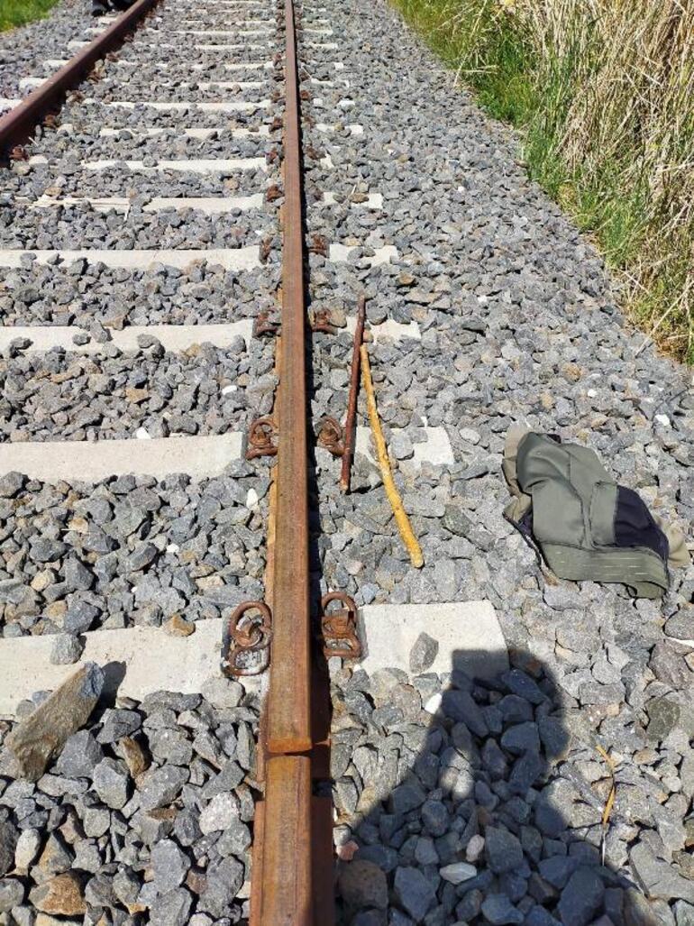 Tren rayının aksamını sökerek çalarken yakalandılar