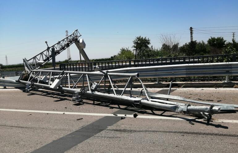 Adanada damperi açık TIR, direği devirdi